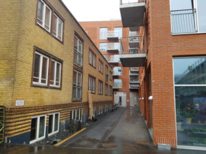 Det gamle Æggepakkeri 13.marts 2021 - og i følge Lokalplanen er bygningen til højre og i baggrunden: en veldefineret bygningskrop med gadevirkning udadtil og et tæt indre gårdrum indadtil.