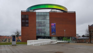 Your Rainbow Panorama - cirkelformet 150 meter lang og tre meter bred rundgang i glas i alle spektrets farver. Diameter på 52 meter og monteret på slanke søjler 3,5 meter over museets tagflade.