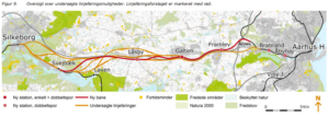 Oversigt over undersøgte linjeføringsmuligheder. Linjeføringsforslaget er markeret med rød - ill. fra Ny bane Aarhus-Galten-Silkeborg Forundersøgelse oktober 2016