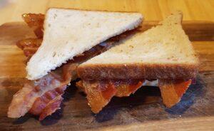 Baconsandwich - det er bare hvidt toastbrød og bacon