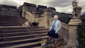 Annie Leibovitz: Dronning Elizabeth udenfor slottet Windsor Castle med sine fire corgis: Willow, Holly, Vulcan og Candy.