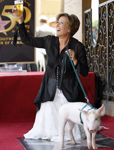 Emma Thompson med en pint og en gris da hun fik sin stjerne på Hollywood Walk of Fame 10.aug 2010