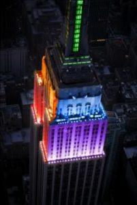 Empire State Building i regnbuens farver
