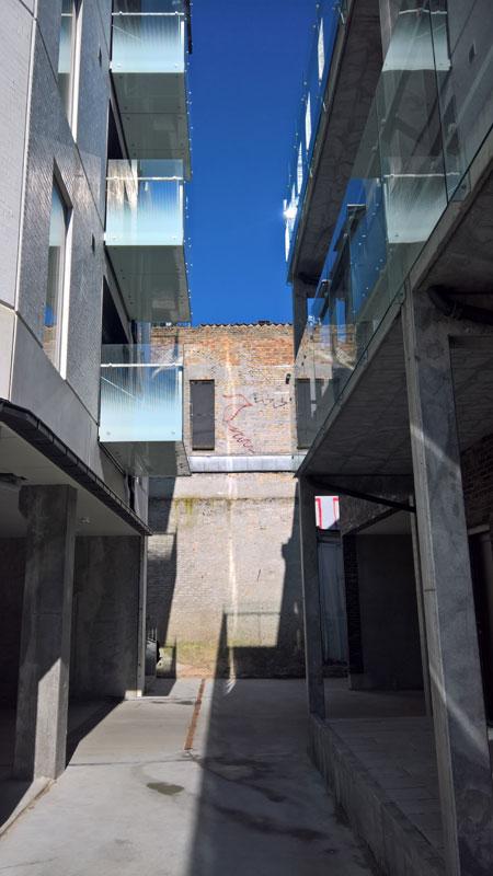 Bygningen ud mod Paradisgade til højre. Nybyggeriet i baggården mellem Borggade og Paradisgade til venstre