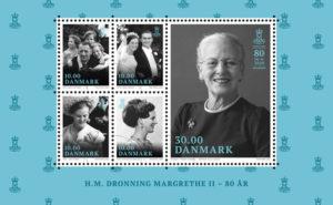 postnord: 16. april 2020 fylder Hendes Majestæt Dronning Margrethe II 80 år, men allerede 2. januar udsender PostNord et miniark, med vigtige nedslagspunkter i Dronningens liv. Motiverne er bl.a. udvalgt af Dronningen fra Amalienborgs private fotosamling.