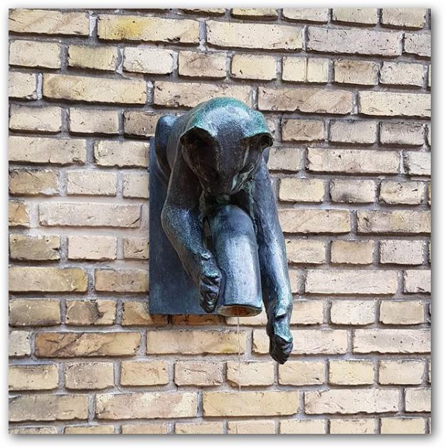 """""""Kat fanger vanddråber"""", - Hugo Liisberg,Billedhugger (1896-1958) -"""