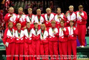 OL-guld i 1996. Guldpigerne på sejrsskamlen efter OL-finalesejren over Korea. NORDFOTO. (Foto: KELD NAVNTOFT © Scanpix)