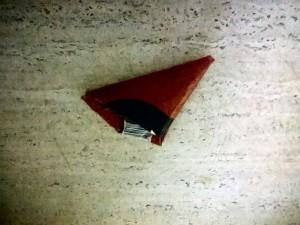 og så folder man den i trekanter op til hanken og stopper hanken ind i den lille lomme!