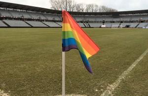 regnbuehjoerneflag fra den gang i 2016, hvor AGF og fanklubben satte fokus på mangfoldighed.