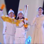 skøjteløber Yuna Kim modtager flammen fra to letforpustede damer